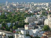 Alta vista del paisaje urbano de la oscuridad de Bucarest Imagenes de archivo
