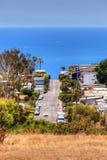 Alta vista del pendio di collina di una via che del Laguna Beach quello conduce giù alla t Fotografia Stock