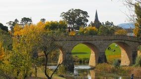 Alta vista del puente en Richmond y del chapitel de una iglesia metrajes