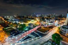 Alta vista del semaforo della sfuocatura e della città nella notte Immagine Stock Libera da Diritti