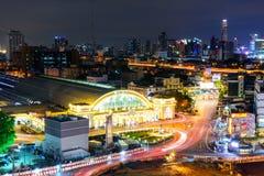 Alta vista del semaforo della sfuocatura e della città nella notte Fotografia Stock Libera da Diritti