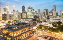 Alta vista dell'orizzonte di Singapore con i grattacieli ed il tempio Fotografia Stock