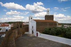 Alta vista della chiesa di Alandroal lungo le pareti di difensiva del castello Immagine Stock