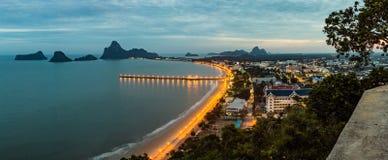 Alta vista della città vicino al mare con la montagna Fotografia Stock