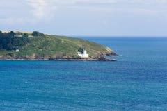 Alta vista della linea costiera di Cornovaglia con un faro bianco Immagini Stock Libere da Diritti