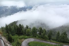 Alta vista della montagna e nebbiosa Fotografie Stock