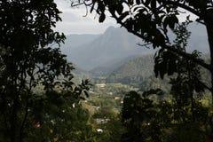 Alta vista della posizione di vantaggio del villaggio in una valle Fotografia Stock