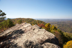 Alta vista della roccia dalla montagna del pino Immagini Stock Libere da Diritti