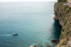 Alta vista della scogliera e delle acque blu della spiaggia Mediterranea sulla costa di Taormina Fotografia Stock Libera da Diritti