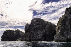 Alta vista delle rocce dal mare Immagine Stock