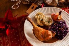 Alta vista di angelo della tavola festiva di natale con il pollo e gli gnocchi tradizionali Fotografia Stock Libera da Diritti