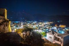 Alta vista di notte dal castello del villaggio tradizionale di Paleochora, Creta Fotografia Stock