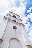 Alta vista di pietra bianca della torre da sotto Fotografie Stock