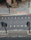 Alta vista di prospettiva del passaggio pedonale vuoto nella città di Londra Lo sguardo iconico ha andato e sembrare giusti segni Immagine Stock