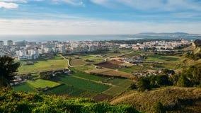 Alta vista di prospettiva di maggior Lisbona dal DOS Capuchos di Miradouro Aldeia in Costa de Caparica fotografie stock
