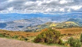 Alta vista di Quito e delle Ande ecuadoriane Immagine Stock