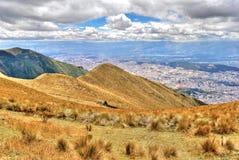 Alta vista di Quito e delle Ande ecuadoriane Immagine Stock Libera da Diritti