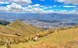 Alta vista di Quito e delle Ande ecuadoriane Immagini Stock Libere da Diritti