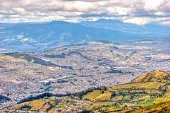 Alta vista di Quito e delle Ande ecuadoriane Fotografia Stock Libera da Diritti