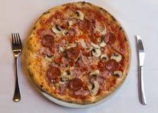 Alta vista di una pizza italiana Fotografie Stock Libere da Diritti