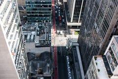 Alta vista di una via circondata dalle costruzioni di affari in downto immagine stock