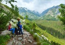 Alta vista e famiglia di estate di Tatras (Slovacchia) sul sentiero per pedoni. Fotografie Stock