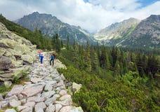 Alta vista e famiglia di estate di Tatras (Slovacchia) sul sentiero per pedoni. Fotografia Stock Libera da Diritti