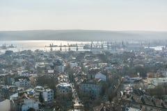 Alta vista general de Varna, Bulgaria en día hermoso Imágenes de archivo libres de regalías