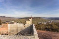 Alta vista laterale della costruzione di ponte di Mosella sopra il vall di Mosella Immagine Stock