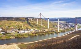 Alta vista laterale della costruzione di ponte di Mosella sopra il vall di Mosella Fotografia Stock Libera da Diritti