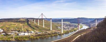 Alta vista laterale della costruzione di ponte di Mosella sopra il vall di Mosella Fotografia Stock