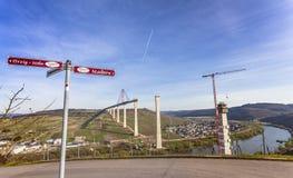Alta vista laterale della costruzione di ponte di Mosella sopra il vall di Mosella Fotografie Stock