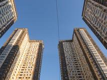 Alta vista moderna della costruzione due dal fondo con il fondo del cielo blu Fotografia Stock Libera da Diritti