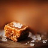 Alta vista salato dei pezzi e del sale marino del caramello e superiore vicina Buttersco Fotografia Stock