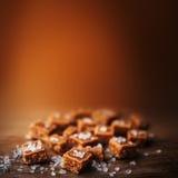 Alta vista salato dei pezzi e del sale marino del caramello e superiore vicina Buttersco Fotografie Stock