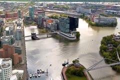 Alta vista superiore delle costruzioni della città e del fiume da Dusseldorf il Reno Fotografia Stock