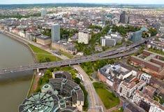 Alta vista superiore delle costruzioni e dell'autostrada della città da Dusseldorf Rhi Fotografia Stock