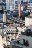 Alta vista urbana di una megalopoli con il vecchio affare, annuncio pubblicitario a fotografia stock