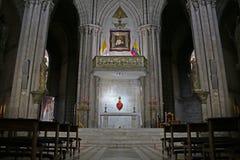 Altaar in een neo gotische catolic kerk of een basiliek van de nationale gelofte met twee Ecuatoriaanse vlaggen en twee pijlers royalty-vrije stock afbeelding