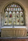 Altaar en mooi gebrandschilderd glasvenster van oude St Mary ` s Kerk Pevensey stock afbeelding