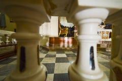 Altaar gezien thorugh marmeren kolommen stock foto's