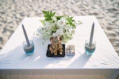 Altaar met ganeshastandbeeld, bloem en kaars op de lijst voor strandhuwelijk royalty-vrije stock fotografie