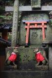 Altaar met twee beschermervossen in Fushimi Inari Taisha, Kyoto, Japan stock foto