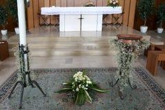 altaar van de Christelijke kerk met de doopdoopvont tijdens Stock Foto