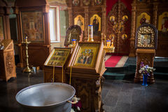 Altaarclose-up Binnenland van Orthodoxe Kerk in Pasen Babydoopsel Ceremonie a in Christen baden in royalty-vrije stock foto