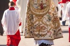 Altaarjongen en priester stock afbeeldingen