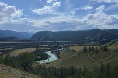 altai日持续山夏天 河Argut 美好的高地横向 russ 库存图片
