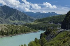 altai日持续山夏天 河Katun 美好的高地横向 russ 库存图片