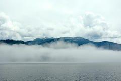 altai肢gorny iogach湖湖最大的山北一个俄国teletskoye tila tuu视图村庄 免版税库存照片