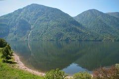 altai肢gorny iogach湖湖最大的山北一个俄国teletskoye tila tuu视图村庄 库存照片